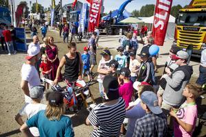 Det samlades många unga runt Rackartygarna efter deras uppvisning under skogstransportsmässan på Älvvallen i Ljusdal.
