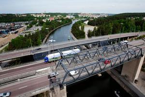 Saltsjöbron och de bägge motorvägsbroarna går över Södertälje kommun.