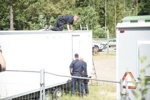 Den stora polisinsatsen i förra veckan kan handla om försök till rån sedan man hittat vapen och polisuniform.
