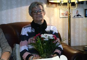Inga-Lill Backjanis är något slags ledare för gruppen ach var den som fick äran att ta emot blommorna när de firades av studieförbundet NBV.