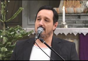 """Daniel Söderberg avslutade mäktigt musikgudstjänsten med att sjunga """"Give me Jesus"""" ackompanjerad av Marie Hörnell på flygel."""