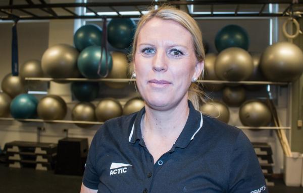 När Elin Malmström inte håller i pass på Actic jobbar hon som idrottslärare på Widénska gymnasiet. Hon har alltid varit en aktiv person då hon tidigare har spelat handboll och jobbat som skidlärare i Sälen.