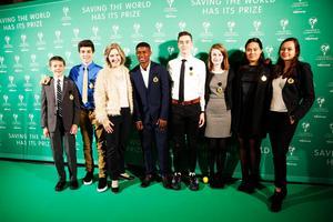 Bild från minglet på gröna mattan under Children's climate prize 2017 med vinnaren Edgar Edmund i mitten bredvid miljöminister Karolina Skoog.