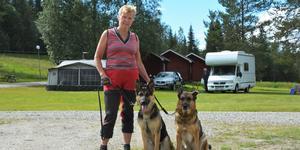Eva-Lotta Hallén hade med sig sina båda schäfrar Fanny och Kajsa på lägret.