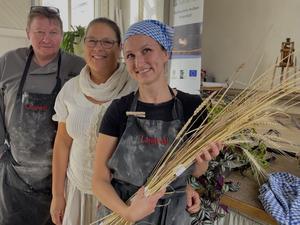 Manfred, Annika och Matilda från Linbageriet pratar om olika kultursorter.  Foto: Margareta Englund