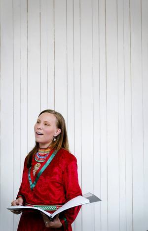 Anna Kråik i gruppen Halhta Tjalhta uppträder på festivalen.