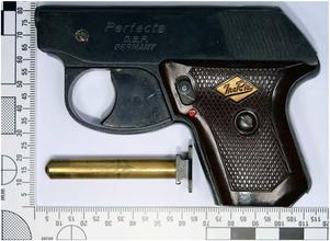 När polisen genomsökte lägenheten hittade man en startpistol av märket Walther Perfecta i kaliber 6 mm, med tillhörande magasin. Foto: Polisens förundersökning