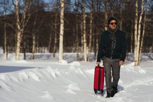 """Världsstjärnan Simon (Peter Jöback) återvänder till föräldrahemmet efter att ha bott utomlands i många år, i """"Jag kommer hem igen till jul"""". Pressbild: Josef Persson"""