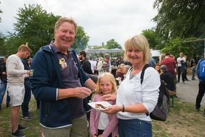 Leif och Åsa Hedh med Mary Hillstedt, som får smaka churros.