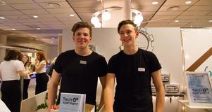 Johannes Aase och Tim Bodin på ABB Industrigymnasium i Västerås marknadsförde en tekniklåda för barn i åldrarna 7 till 11 år.  Johannes och Tim vill sprida teknikintresse hos de yngre och hade fått bra respons under mässan.
