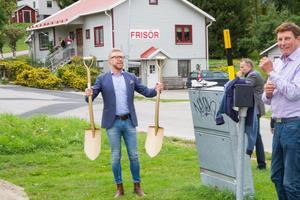 Samhällsutvecklingschef Hans-Åke Oxelhöjd överlämnar förgyllda spadar för ett första spadtag