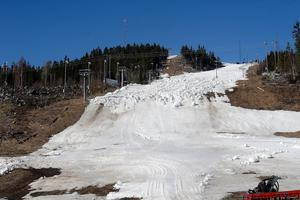 I mitten av april jobbade Nolby alpina för att få ihop snö inför helgens slalomtävling – förmodligen den sista för säsongen. Fotodatum: 2014-04-15