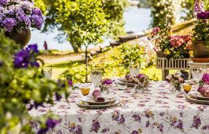 Den som blir bjuden på en måltid på Micael Bindefelds lantställe i Stockholms skärgård är omgiven av hans ståtliga trädgård.