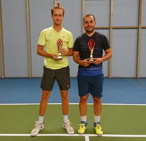 Milos Sekulic, till höger, vann herrfinalen mot Jonas Lundbäck. Foto: ÖFTK