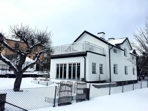 Huset i vinterskrud.