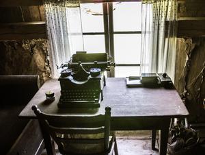 Här på vinden har det alltid stått ett skrivbord. Man kan misstänka att Dan gjort en paus i renoveringen, satt sig vid skrivbordet, och klottrat på fönsterkarmen: DA 20/6 1920