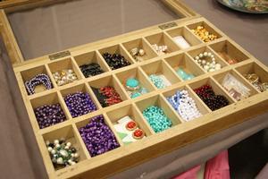Smycken och örhängen i olika färger.