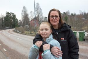 – Jag tänker på branden ibland, när det åskar, säger Amanda Nonnen. Hon, mamma Nettan och resten av familjen evakuerades från Västervåla under skogsbranden 2014 och minnena från de dagarna kommer ibland tillbaka.