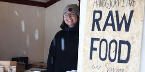 Sanne Björö demonstrerar sina veganska bakverk. Hon har nyligen hoppat av studierna för att helt och hållet fokusera på sin raw food-verksamhet.