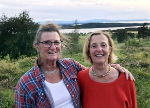 Här är obeskrivligt vackert, menar Ann Horney och Eva Seilitz när de sökte platser på Frösön för att ställa upp sin husbil. Valet blev Frösö golfbana.
