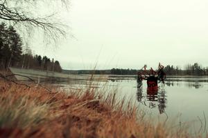 För att få till den skrämmande bilden av Näcken, fick Rubén själv kliva ner i det iskalla vattnet.