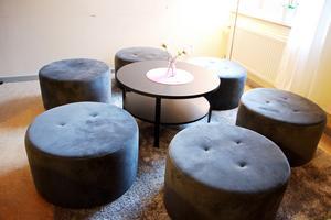 En sittgrupp med plats för sex elever som studerar tillsammans.