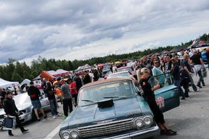 Runt 200 bilar deltar i Street Week som inleddes i Laxå på måndagen.