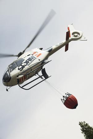 Tre helikoptrar vattenbombade utanför Gällö under söndagen.