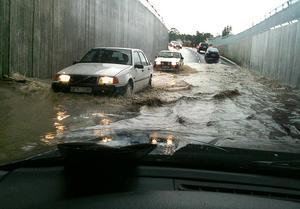 Våldsamma skyfall drabbar på många olika sätt, bland annat genom översvämmade vägar och källare.