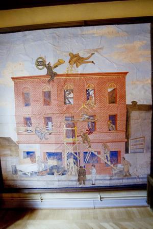På målarmästare Östlunds bild kan man se att några av dem som bygger har kostym.