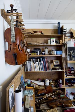 Spelmannen Gunnar Brandin omskolade sig till fiolmakare.
