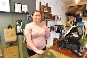 Johanna Petersson tar emot i butiken där kunderna strömmade in under morgonen.