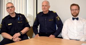 Stabschef Thomas Hellgren, biträdande  kommenderingschef Mats Lagerblad och polismyndighetens jurist Andreas Nordström.