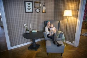 Ekobloggaren, inspiratören och cirkelledaren Ulrika Persdotter Dahlberg med Lykke, 1 år, har organiserat sitt hem enligt KonMari.