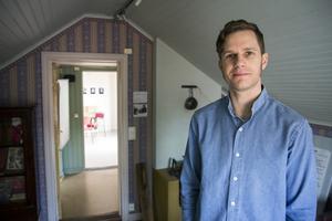 Anders Wesslén i det rum där Joel Hägglund bodde. Nu är huset museum, Joe Hill-gården.