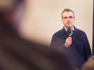 Marcus Kjellin på ett av flera medlemsmöten som Hyresgästföreningen hållit i Krylbo de senaste åren.