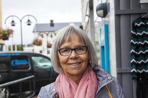 Ewa Ivarsson Alm säger att hon känner sig kluven inför planerna på hotellbygget. Hon är emot att bygga nytt och bygga stort, särskilt i ett område som i dag är grönt och lummigt.