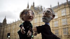 Handdockor föreställande premiärminister Theresa May och Labours partiledaren Jeremy Corbyn. Foto: Markus Schreiber/AP Photo