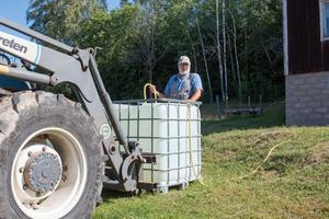Erik Brate kör ut en kubikmeter vatten om dagen, 1000 liter, till korna som går på hans marker. Bäcken där de brukar dricka har redan sinat.