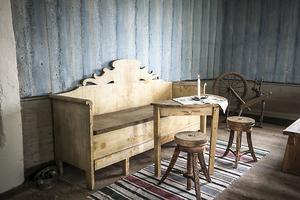 En gammal soffa och en spinnrock.