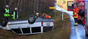 Den här personbilen körde av vägen, voltade och blev liggande på taket på riksväg 84 utanför Sveg på söndagsförmiddagen. Blixthalkan var orsaken. Foto: Leif Eriksson