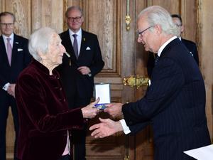 Förintelseöverlevaren Hédi Fried tar emot Serafimermedaljen av kung Carl XVI Gustaf vid en medaljutdelning på Stockholms slott. Foto: Jonas Ekströmer / TT