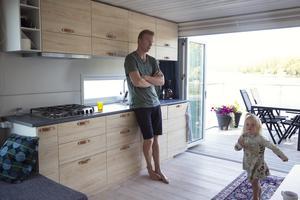 Anders Hagman och dottern Emma vid det helt nya köket.