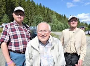 Örjan Mattsson och Sven Bertil Sahlin flankerar förre Laxsjöbon Vidar Edman. Foto: Åke Bengtzon