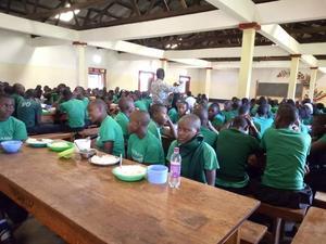 Barnen vid skolan i Tweyambe.