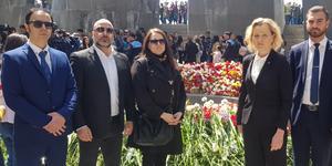 Delegationen vid folkmordsmonumentet i Armenien: Simon Der Sahagian och Aram Yanekian, Svensk-Armenisk Kommitté för Rättvisa och Demokrati, Linda Sjögren, gruppledare för Vänsterpartiet i Södertälje, Boel Godner (S) och Sarkis Khatchadourian (S). Foto: PRIVAT
