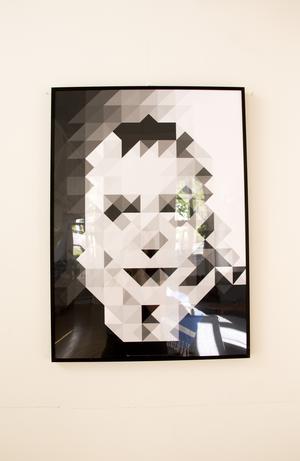 Ser du vem det föreställer? Planschen är gjord av Fredriks vän Magnus Hörberg. Och den föreställer den gudomliga Greta Garbo.