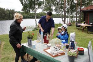 Rickard Backman med sönerna Fernando och Joaquin testar Marja Järvinens hemgjorda saft med dopp efter att ha tittat runt i hennes trädgård.