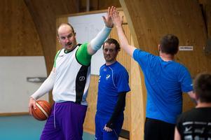Gustav Ljungberg, till vänster, peppar lagkamraterna under en övning. I mitten skymtar Andreas Larsson.