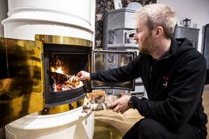 Joakim Lindström berättar att många tycker elden är fascinerande och lugnande.